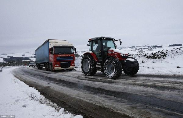"""Chùm ảnh: Nước Anh """"tê liệt"""" do bão tuyết trong mùa đông lạnh kỷ lục 27"""