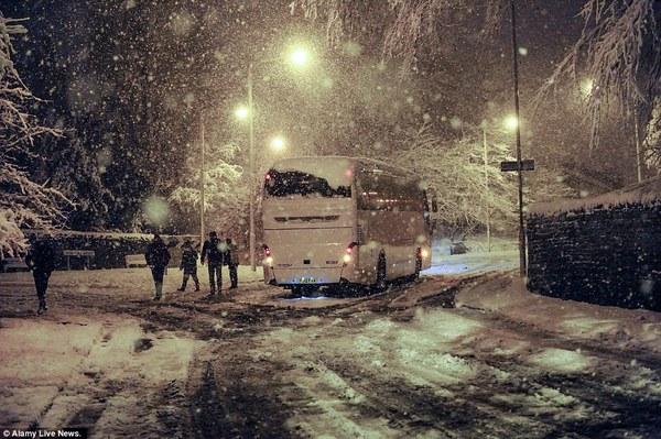"""Chùm ảnh: Nước Anh """"tê liệt"""" do bão tuyết trong mùa đông lạnh kỷ lục 7"""