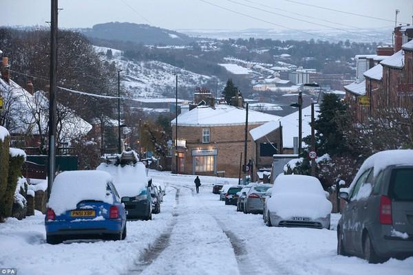 """Chùm ảnh: Nước Anh """"tê liệt"""" do bão tuyết trong mùa đông lạnh kỷ lục 3"""