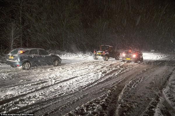 """Chùm ảnh: Nước Anh """"tê liệt"""" do bão tuyết trong mùa đông lạnh kỷ lục 31"""
