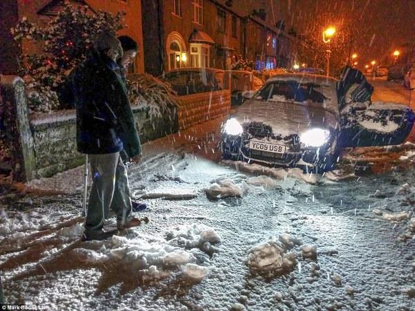 """Chùm ảnh: Nước Anh """"tê liệt"""" do bão tuyết trong mùa đông lạnh kỷ lục 10"""