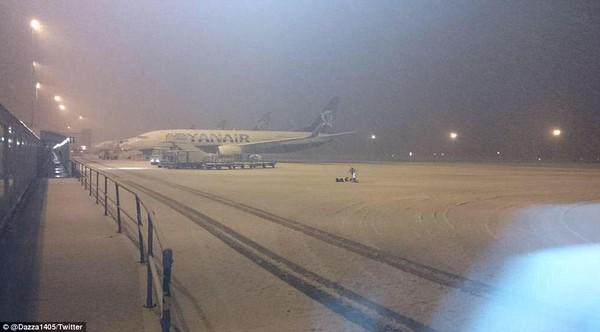 """Chùm ảnh: Nước Anh """"tê liệt"""" do bão tuyết trong mùa đông lạnh kỷ lục 12"""