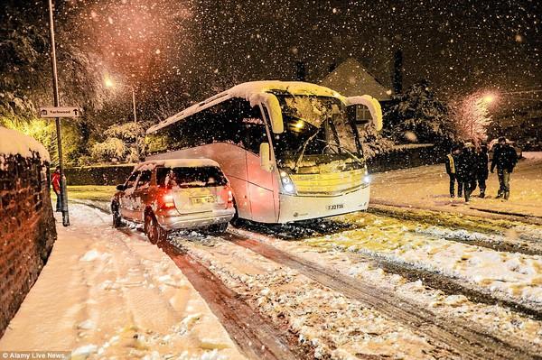 """Chùm ảnh: Nước Anh """"tê liệt"""" do bão tuyết trong mùa đông lạnh kỷ lục 1"""
