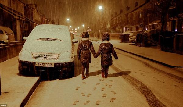 """Chùm ảnh: Nước Anh """"tê liệt"""" do bão tuyết trong mùa đông lạnh kỷ lục 13"""