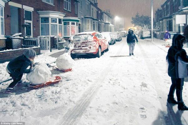 """Chùm ảnh: Nước Anh """"tê liệt"""" do bão tuyết trong mùa đông lạnh kỷ lục 9"""