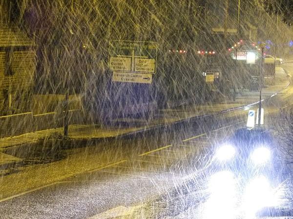 """Chùm ảnh: Nước Anh """"tê liệt"""" do bão tuyết trong mùa đông lạnh kỷ lục 11"""