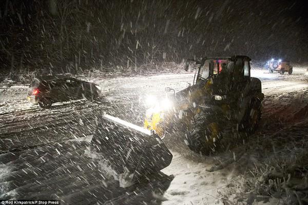 """Chùm ảnh: Nước Anh """"tê liệt"""" do bão tuyết trong mùa đông lạnh kỷ lục 21"""