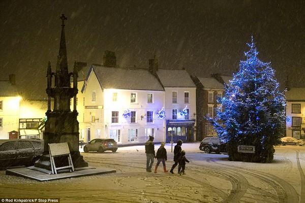 """Chùm ảnh: Nước Anh """"tê liệt"""" do bão tuyết trong mùa đông lạnh kỷ lục 22"""