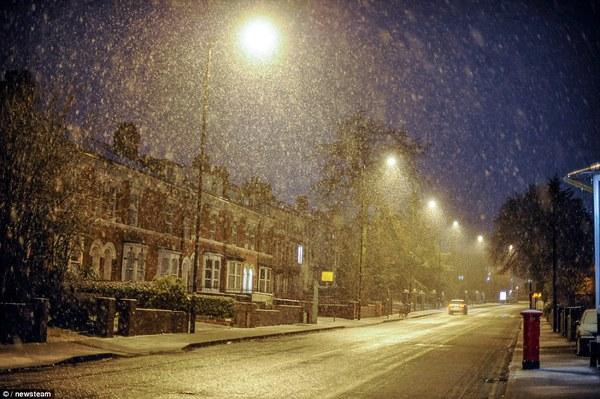 """Chùm ảnh: Nước Anh """"tê liệt"""" do bão tuyết trong mùa đông lạnh kỷ lục 24"""