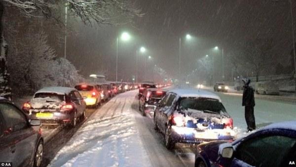 """Chùm ảnh: Nước Anh """"tê liệt"""" do bão tuyết trong mùa đông lạnh kỷ lục 2"""