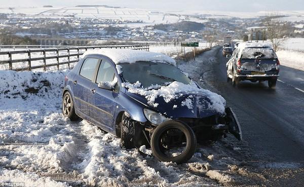 """Chùm ảnh: Nước Anh """"tê liệt"""" do bão tuyết trong mùa đông lạnh kỷ lục 14"""