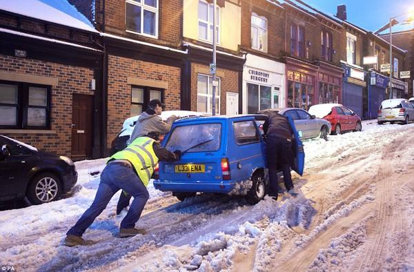 """Chùm ảnh: Nước Anh """"tê liệt"""" do bão tuyết trong mùa đông lạnh kỷ lục 4"""