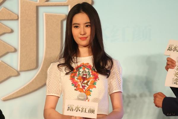 """Lưu Diệc Phi bỏ hình tượng bình hoa di động vì """"Hồng Nhan Lộ Thủy"""" 1"""