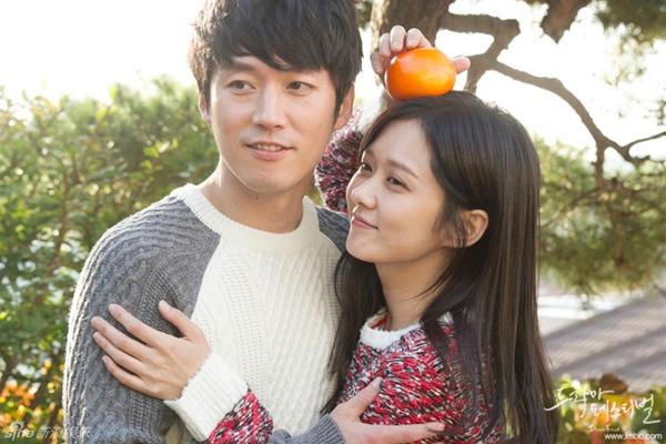 """Jang Nara nằm dài chụp ảnh """"tự sướng"""" cùng Jang Hyuk 6"""
