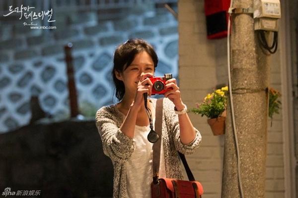 """Jang Nara nằm dài chụp ảnh """"tự sướng"""" cùng Jang Hyuk 5"""