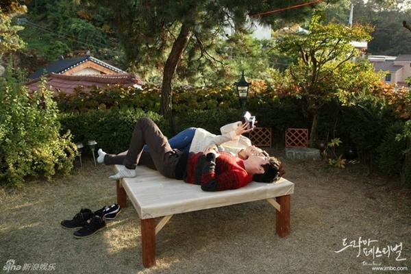 """Jang Nara nằm dài chụp ảnh """"tự sướng"""" cùng Jang Hyuk 1"""