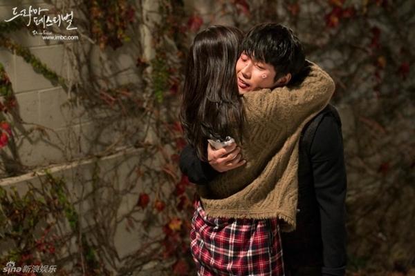 """Jang Nara nằm dài chụp ảnh """"tự sướng"""" cùng Jang Hyuk 4"""