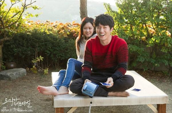 """Jang Nara nằm dài chụp ảnh """"tự sướng"""" cùng Jang Hyuk 3"""