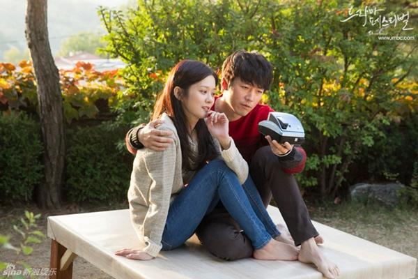 """Jang Nara nằm dài chụp ảnh """"tự sướng"""" cùng Jang Hyuk 2"""