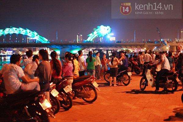 Đà Nẵng: Hàng ngàn người dân kéo nhau đi xem cầu Rồng phun lửa 12