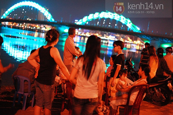 Đà Nẵng: Hàng ngàn người dân kéo nhau đi xem cầu Rồng phun lửa 1