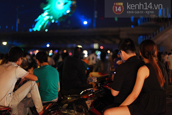 Đà Nẵng: Hàng ngàn người dân kéo nhau đi xem cầu Rồng phun lửa 4