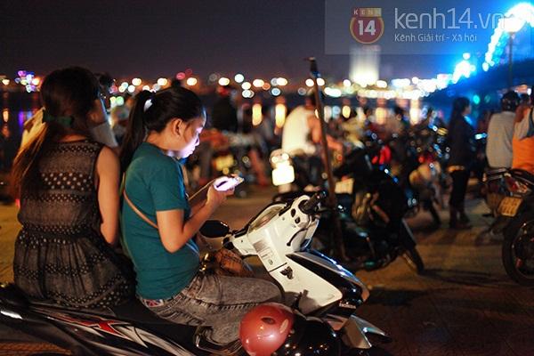 Đà Nẵng: Hàng ngàn người dân kéo nhau đi xem cầu Rồng phun lửa 5