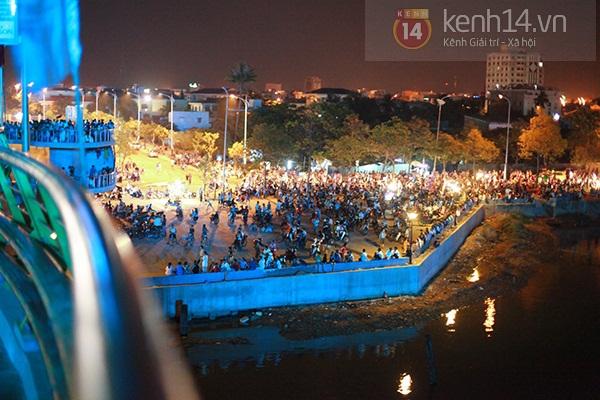 Đà Nẵng: Hàng ngàn người dân kéo nhau đi xem cầu Rồng phun lửa 7