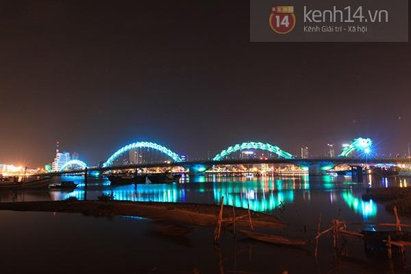 Đà Nẵng: Hàng ngàn người dân kéo nhau đi xem cầu Rồng phun lửa 11