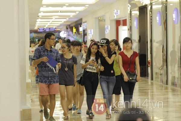 Teen Hà Thành đổ xô đến trung tâm mua sắm dưới lòng đất dịp cuối tuần 10