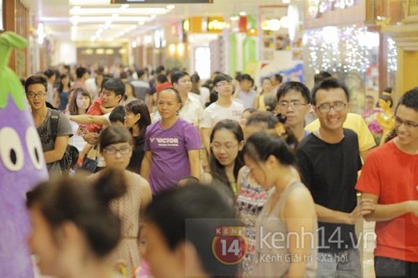 Teen Hà Thành đổ xô đến trung tâm mua sắm dưới lòng đất dịp cuối tuần 1