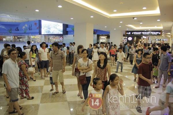 Teen Hà Thành đổ xô đến trung tâm mua sắm dưới lòng đất dịp cuối tuần 2