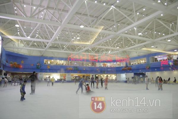 Teen Hà Thành đổ xô đến trung tâm mua sắm dưới lòng đất dịp cuối tuần 16