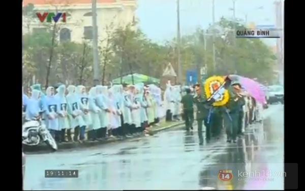 Hết giờ Lễ viếng Quốc tang, nhiều người dân vẫn xếp hàng vào viếng Đại tướng 161