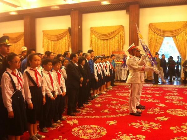Hết giờ Lễ viếng Quốc tang, nhiều người dân vẫn xếp hàng vào viếng Đại tướng 141