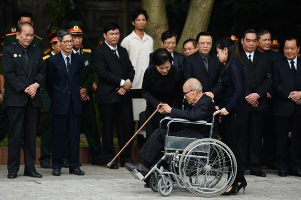Hết giờ Lễ viếng Quốc tang, nhiều người dân vẫn xếp hàng vào viếng Đại tướng 10
