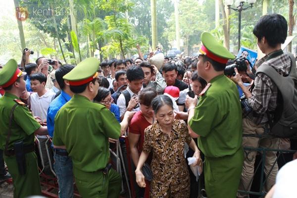 Hết giờ Lễ viếng Quốc tang, nhiều người dân vẫn xếp hàng vào viếng Đại tướng 74
