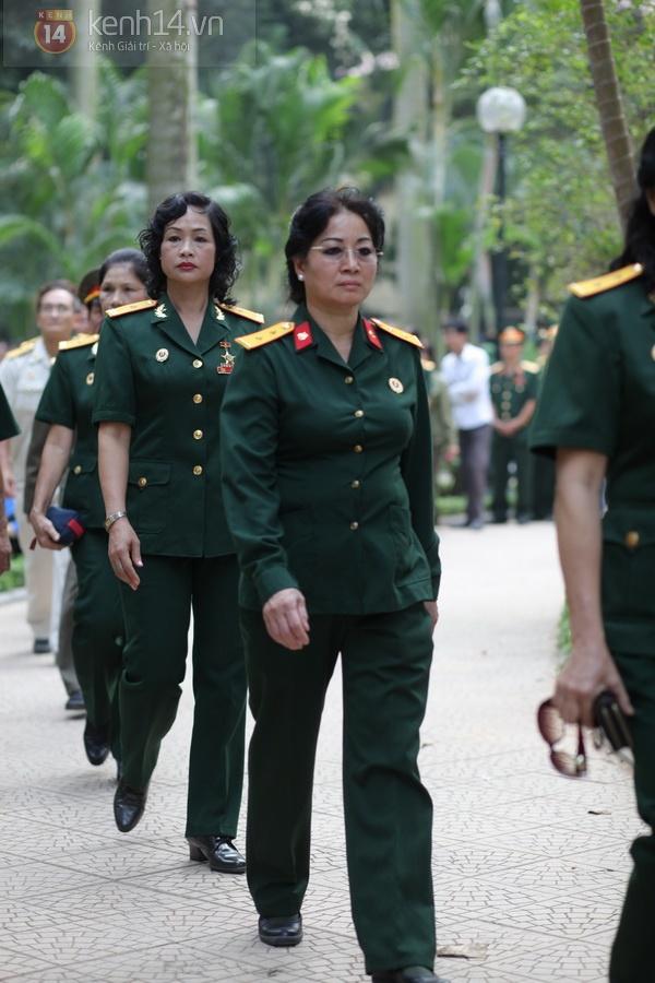 Hết giờ Lễ viếng Quốc tang, nhiều người dân vẫn xếp hàng vào viếng Đại tướng 89
