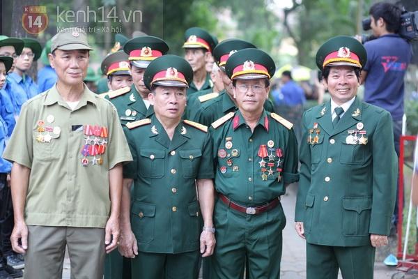 Hết giờ Lễ viếng Quốc tang, nhiều người dân vẫn xếp hàng vào viếng Đại tướng 94