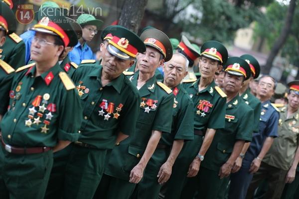 Hết giờ Lễ viếng Quốc tang, nhiều người dân vẫn xếp hàng vào viếng Đại tướng 95
