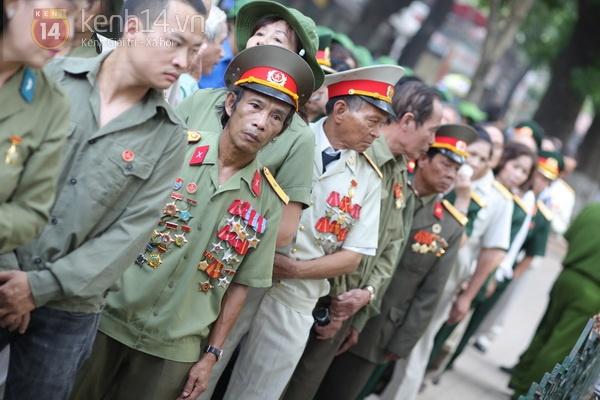 Hết giờ Lễ viếng Quốc tang, nhiều người dân vẫn xếp hàng vào viếng Đại tướng 97