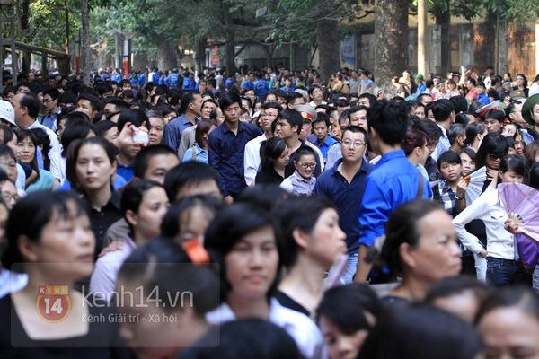 Hết giờ Lễ viếng Quốc tang, nhiều người dân vẫn xếp hàng vào viếng Đại tướng 112
