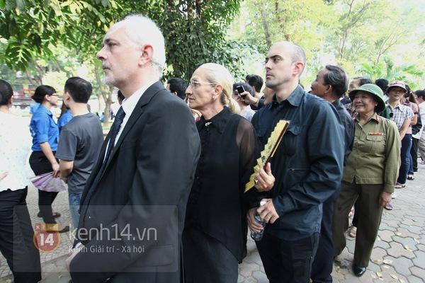 Hết giờ Lễ viếng Quốc tang, nhiều người dân vẫn xếp hàng vào viếng Đại tướng 115