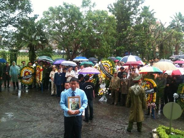 Hết giờ Lễ viếng Quốc tang, nhiều người dân vẫn xếp hàng vào viếng Đại tướng 160
