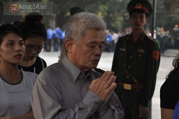 Hết giờ Lễ viếng Quốc tang, nhiều người dân vẫn xếp hàng vào viếng Đại tướng 127