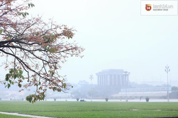 Sương mù bất ngờ bao phủ Hà Nội giữa trưa
