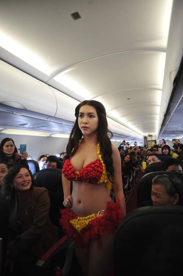"""""""Bỏng mắt"""" với màn trình diễn bikini siêu hot trên máy bay 1"""