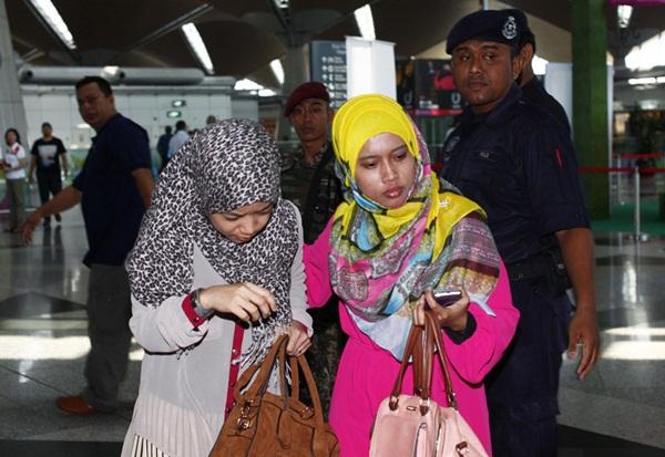 Người thân khóc ròng, vật vã ngóng tin vụ máy bay Malaysia rơi 12