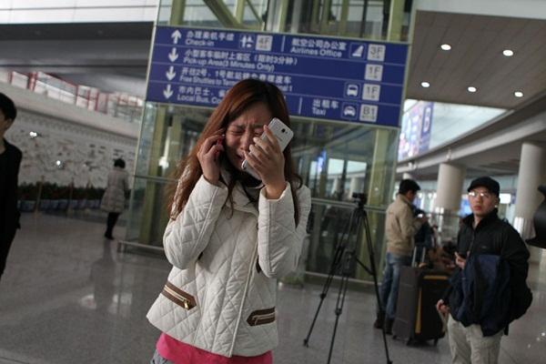 Người thân khóc ròng, vật vã ngóng tin vụ máy bay Malaysia rơi 14