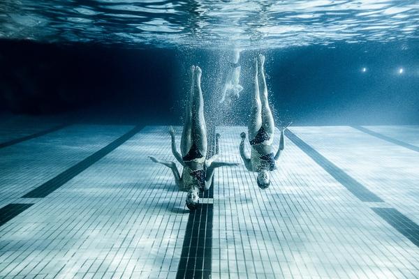 """Xem """"người xếp hình"""" dưới bể bơi trong chùm ảnh dưới nước 1"""